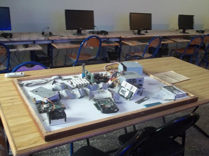 Une salle informatique avec les composantes d'un ordinateur sur une table