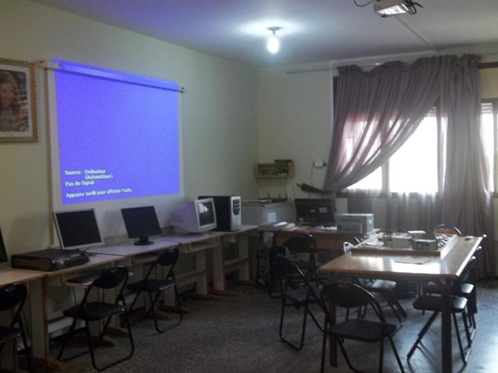 salle informatique équipée selon les besoins des non-voyants